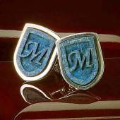 Серебряная М синяя буква